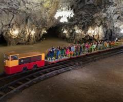En tren por la cueva de Postojna